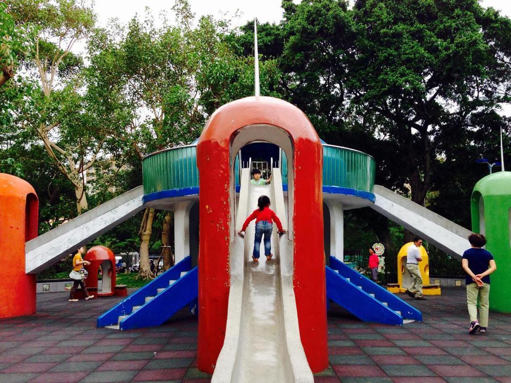 圖為青年公園太空堡壘溜滑梯。 圖/取自還我特色公園行動聯盟(特公盟)