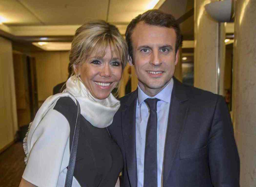 法國總統馬克宏(右)與妻子碧姬‧托涅。 (路透)