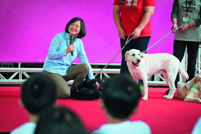 2016年,蔡英文(左)出席全球導盲犬發展百周年慶活動,會中正式宣布將收養三隻退...
