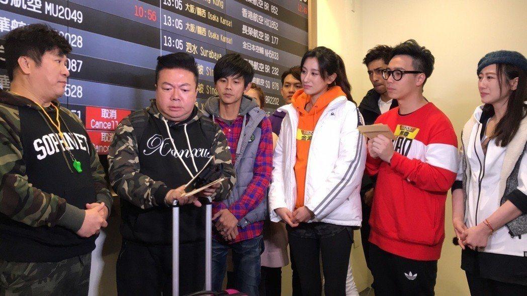 董至成(左二)請長假離開「綜藝大集合」,眾搭檔不捨相送。圖/民視提供