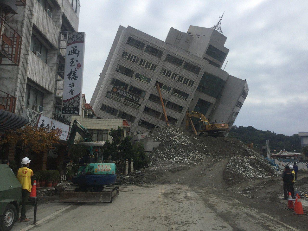 花蓮市雲門翠堤大樓,目前現場堆置2000多立方公尺土方,仍不及目標的一半,今天恐怕還無法進行拆除。記者陳俊智/攝影