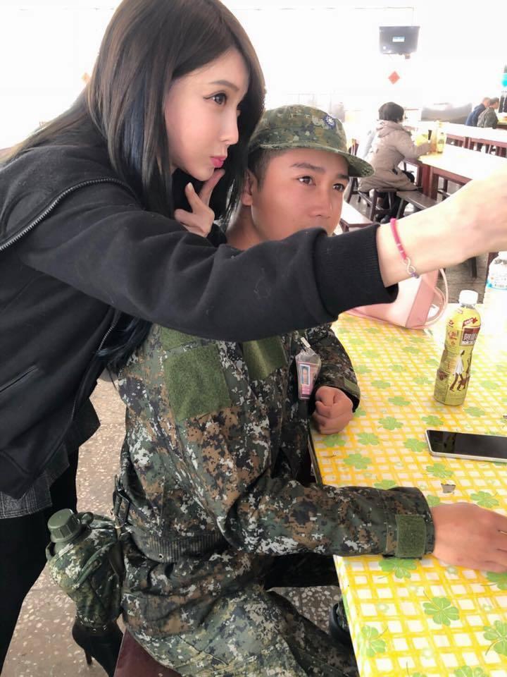 一位自稱已為人母的葉姓女子在「加藤軍台灣粉絲團2.0」貼文,披露她到軍營探視正在...