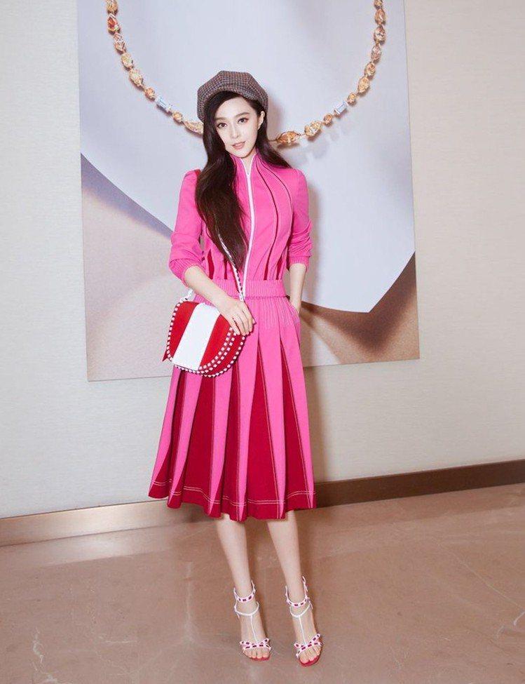 范冰冰穿上Valentino運動夾克搭配及膝裙,糖果粉交錯紅裙擺展現層次感。圖/...
