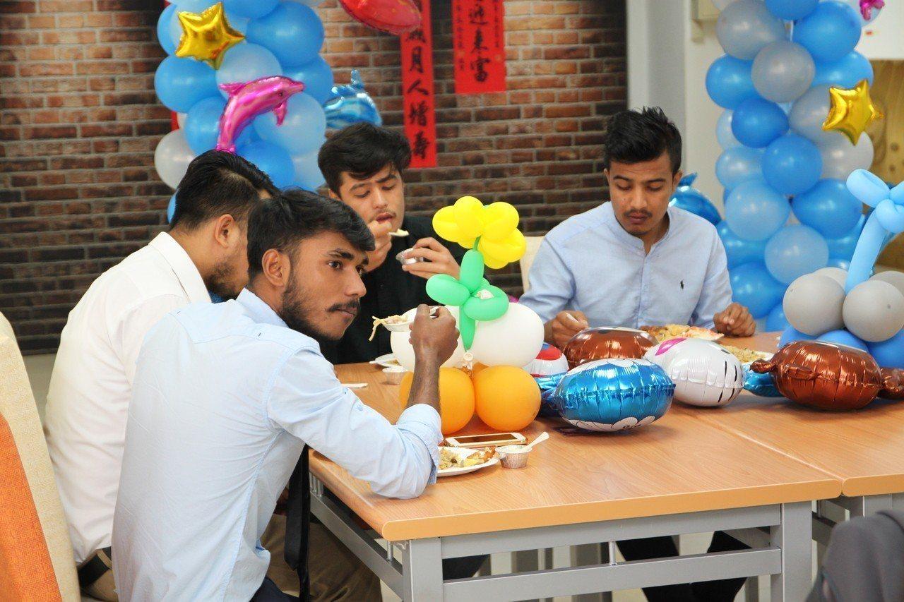 來台在國立勤益科技大學留學的百位外籍生今體驗中國式的過年。記者黃寅/攝影