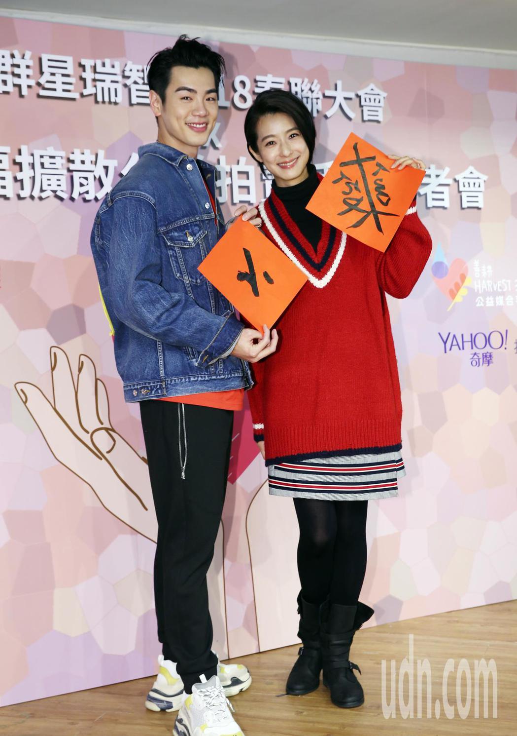 藝人禾浩辰(左)和賴雅研(右)分別寫下「小」和自創字。記者杜建重/攝影