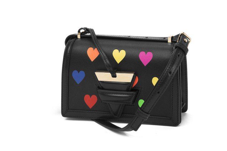 Barcelona Hearts 系列小型包款,售價74,000元。圖/LOEW...