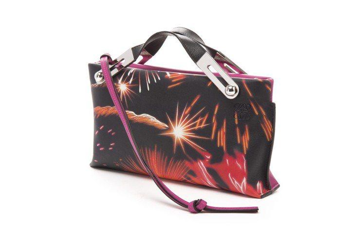 Missy Fireworks小包款,售價72,000元。圖/LOEWE提供