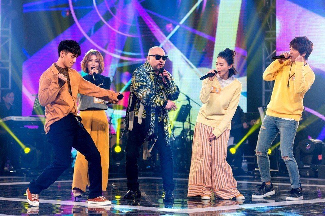 小樂(左起) 豆花妹、辛隆、鍾瑶、蕭景鴻在除夕節目開金口唱歌。圖/三立提供