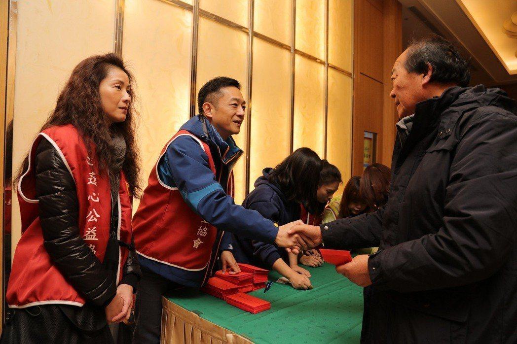 葉全真(左)、陳昭榮(左二)前進災區花蓮發紅包。圖/中華心蓮心公益協會提供