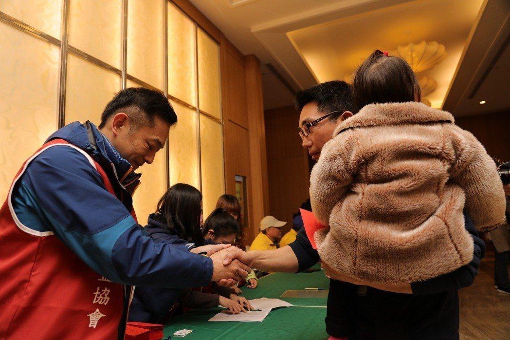 陳昭榮(左)前進災區花蓮發紅包。圖/中華心蓮心公益協會提供