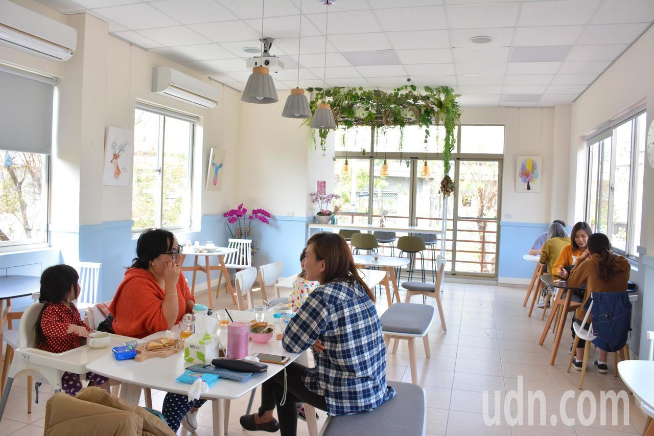 台南山上區啡卡(K.Fika)咖啡館,二樓是具有展場功能的設計。記者吳淑玲/攝影