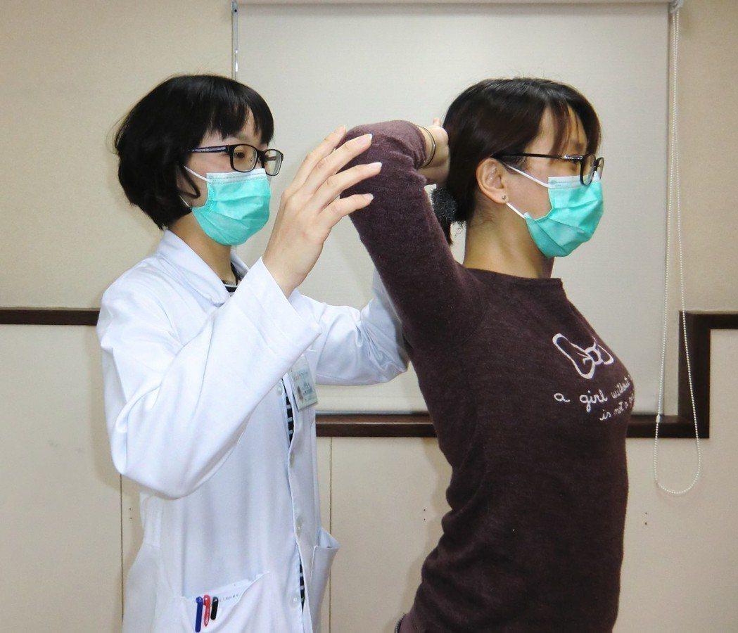 護頸手運動第一招「頸部訓練運動」:雙手合十、放後腦勺,雙手往前施力,頭部頂住雙手...