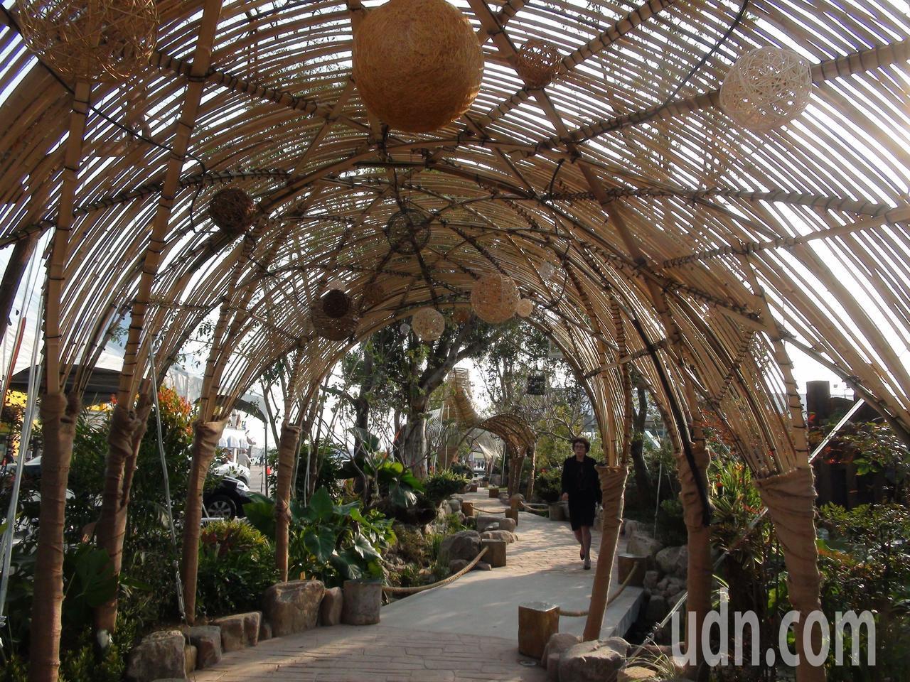 為吸引貳庫周邊觀光休憩人潮,特別規畫以花樹及四座竹編造景為設計元素,在蓬萊路旁設...