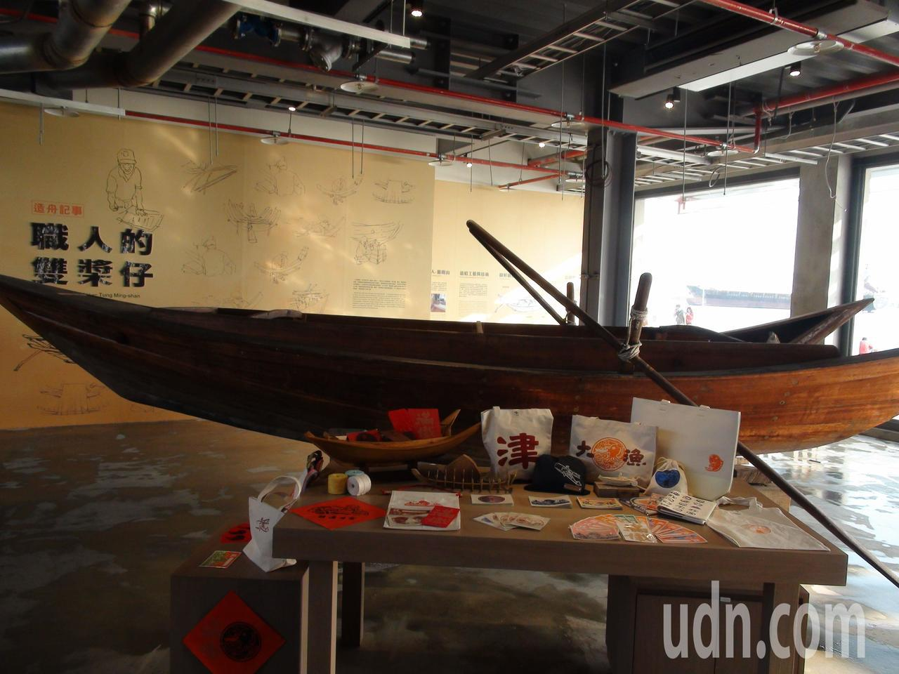 倉庫內還展示高雄港消失超過40年的舢舨-雙槳仔,這是早年港區內重要的渡海工具。記...
