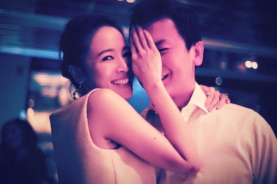 侯佩岑(左)和老公婚後幸福,卻爆出公公欠下鉅額賭債。圖/擷自侯佩岑臉書