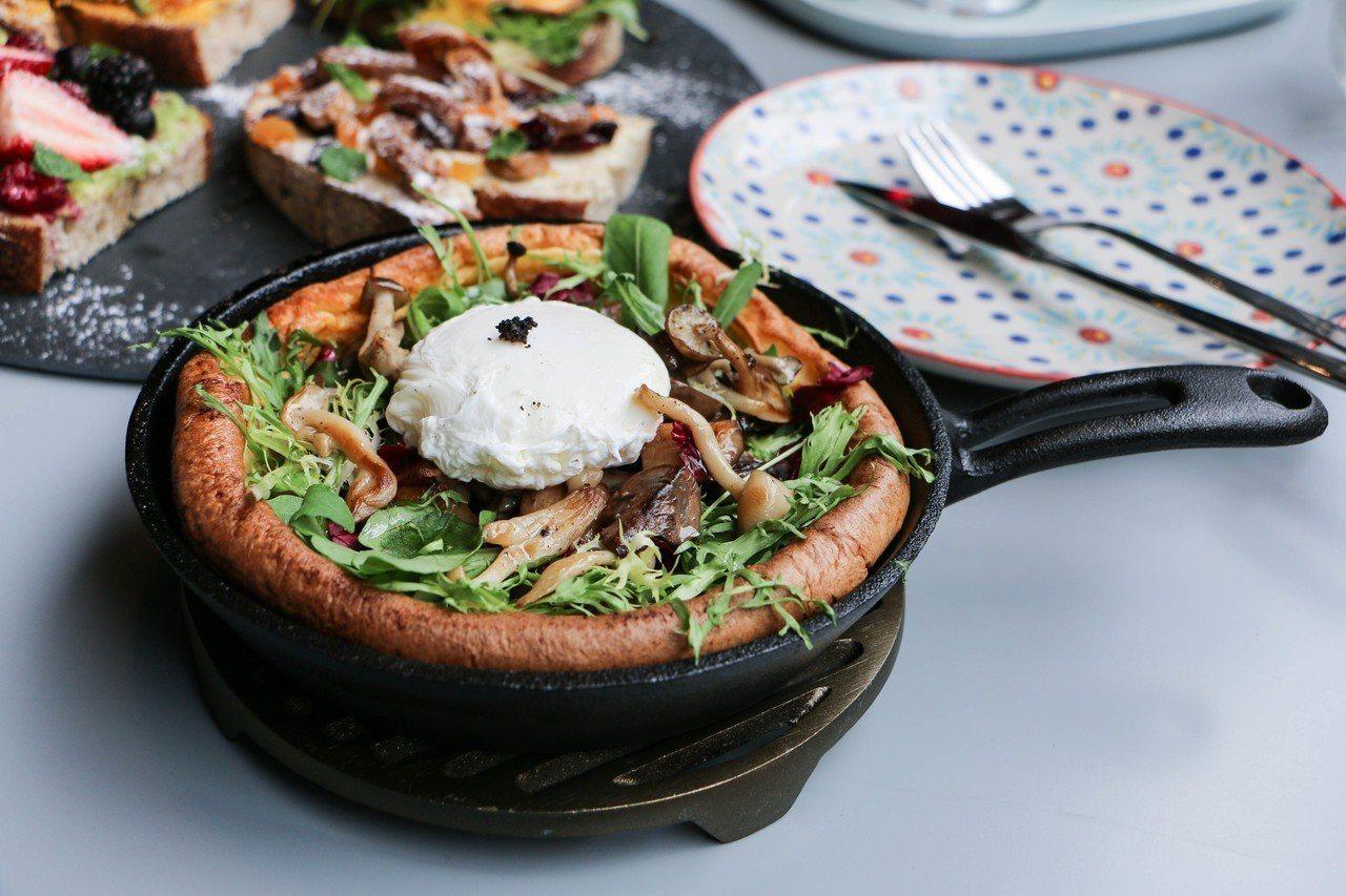 鐵鍋鬆餅-松露野菇菠菜起司蛋,280元。圖/謝欣倫攝影