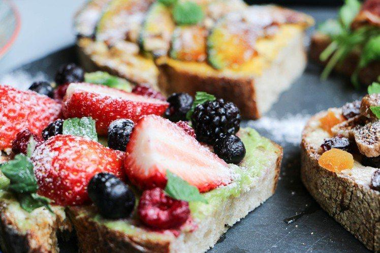 開放式三明治-蜂蜜酪梨莓果,單點100元。圖/謝欣倫攝影