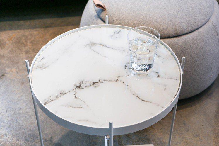 ZUIVER北歐極簡大理石紋邊桌,3,780元。圖/謝欣倫攝影