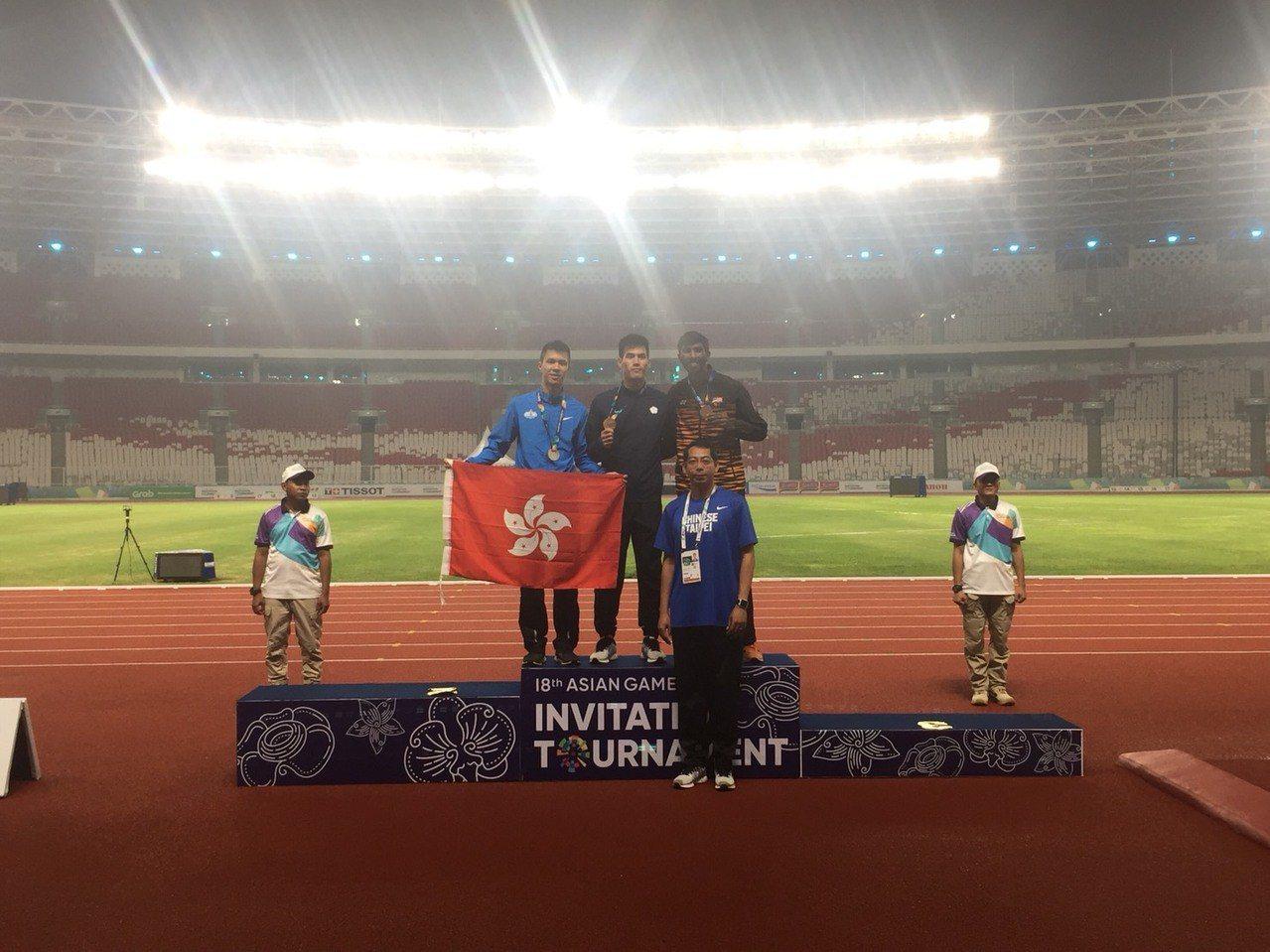 亞運田徑測試賽男子200公尺決賽我國選手楊俊瀚(後排中)以20秒88的成績抱回金...