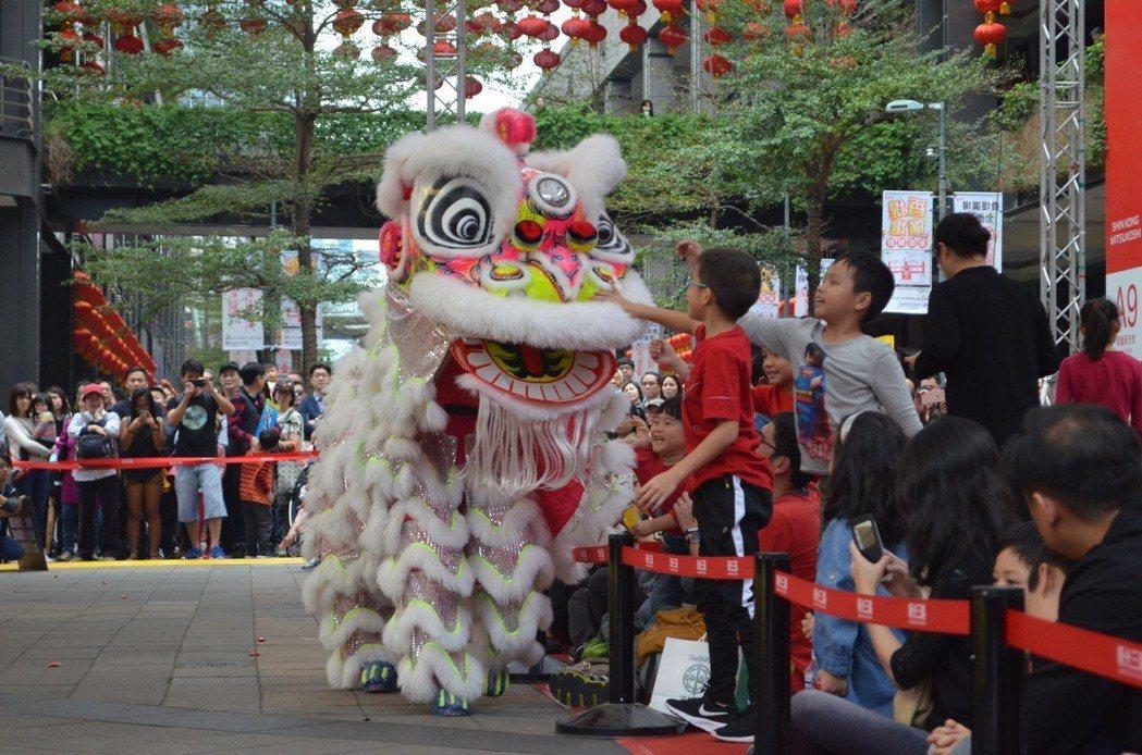 台北信義新天地初一至初四在香堤廣場推出獅皇競表演。圖/新光三越提供
