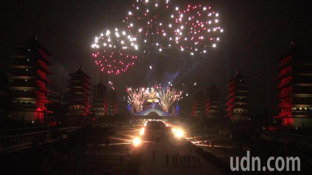 今年光照大千3D光雕秀,煙火僅施放3分鐘,兼顧環保。記者王昭月/攝影