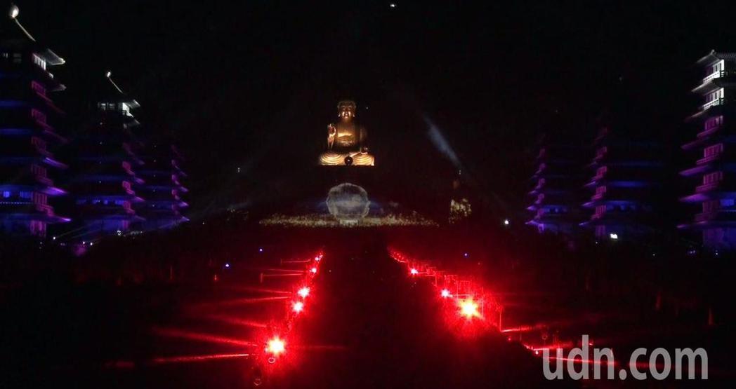 佛光山平安燈法會光照大千3D光雕秀,昨晚試燈,不斷變幻的光影映照在佛館本館及成佛...