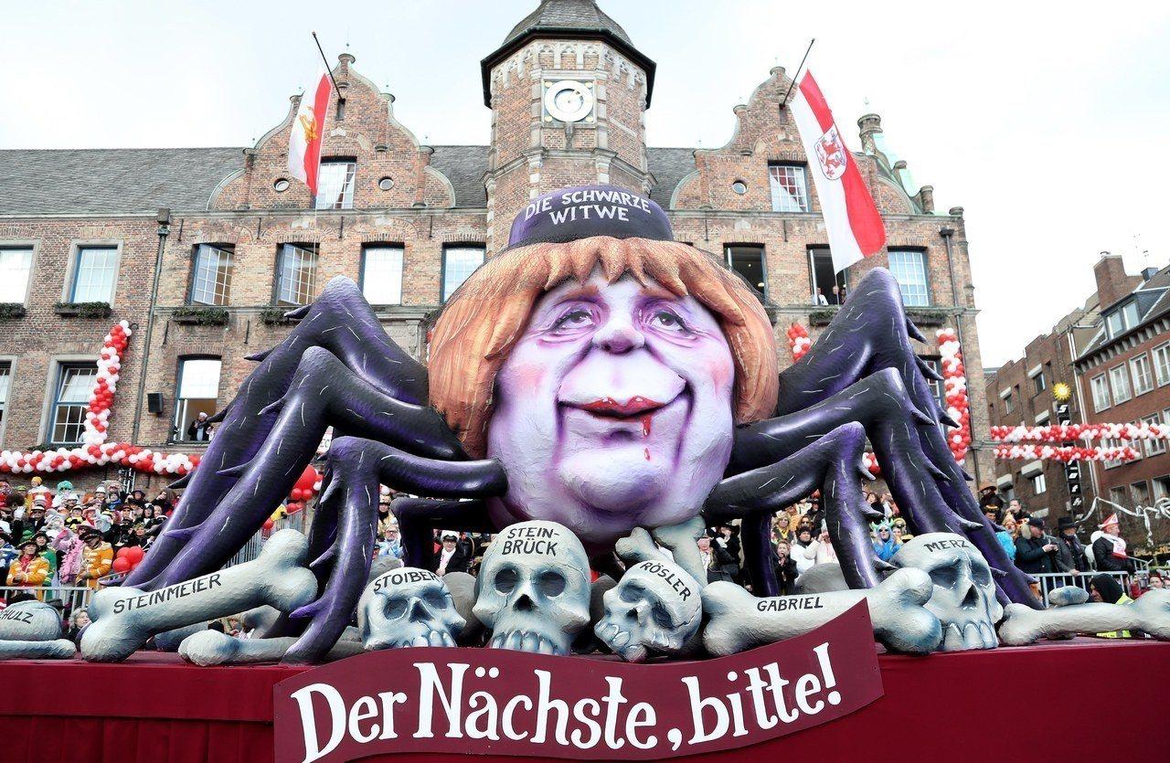 德國杜塞道夫12日的嘉年華大遊行,出現把總理梅克爾化身死蜘蛛的花車。歐新社