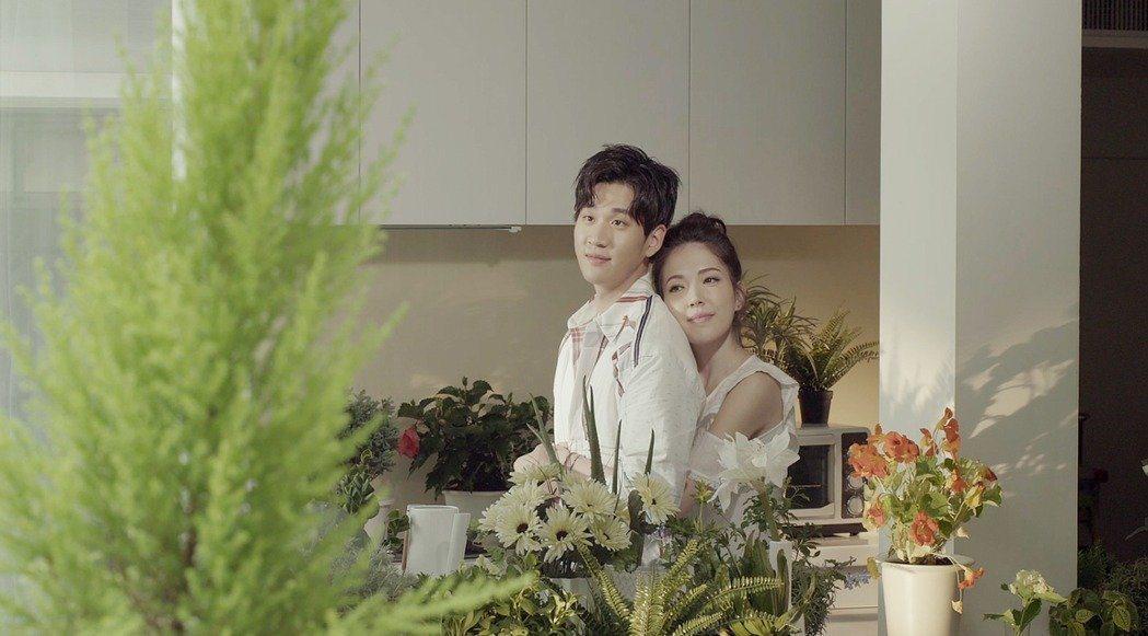 周興哲(左)新歌MV和許瑋甯合作。圖/索尼音樂提供
