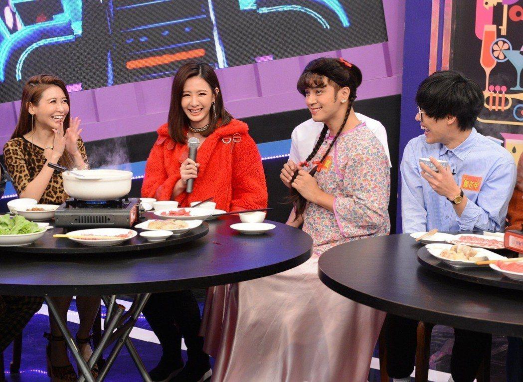 愷樂(左起)、安心亞、羅志祥和盧廣仲在節目中一起圍爐。圖/八大提供