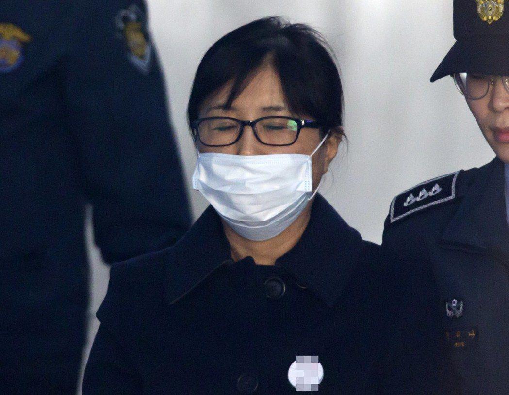 南韓前總統閨密崔順實干政案一審遭重判20年徒刑。歐新社