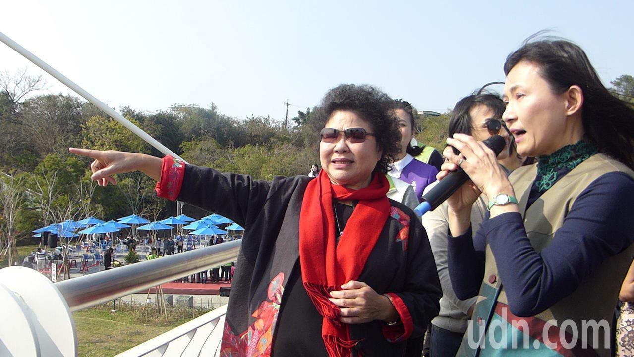 高雄市長陳菊(左)裁示,崗山之眼空中廊道可享免費的居民,目前還是以岡山區和燕巢區...
