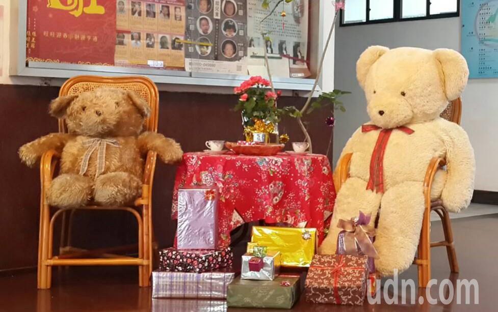 嘉義縣警察局燈會期間1樓改成咖啡休憩區,還放置大型熊布偶。 記者卜敏正/攝影