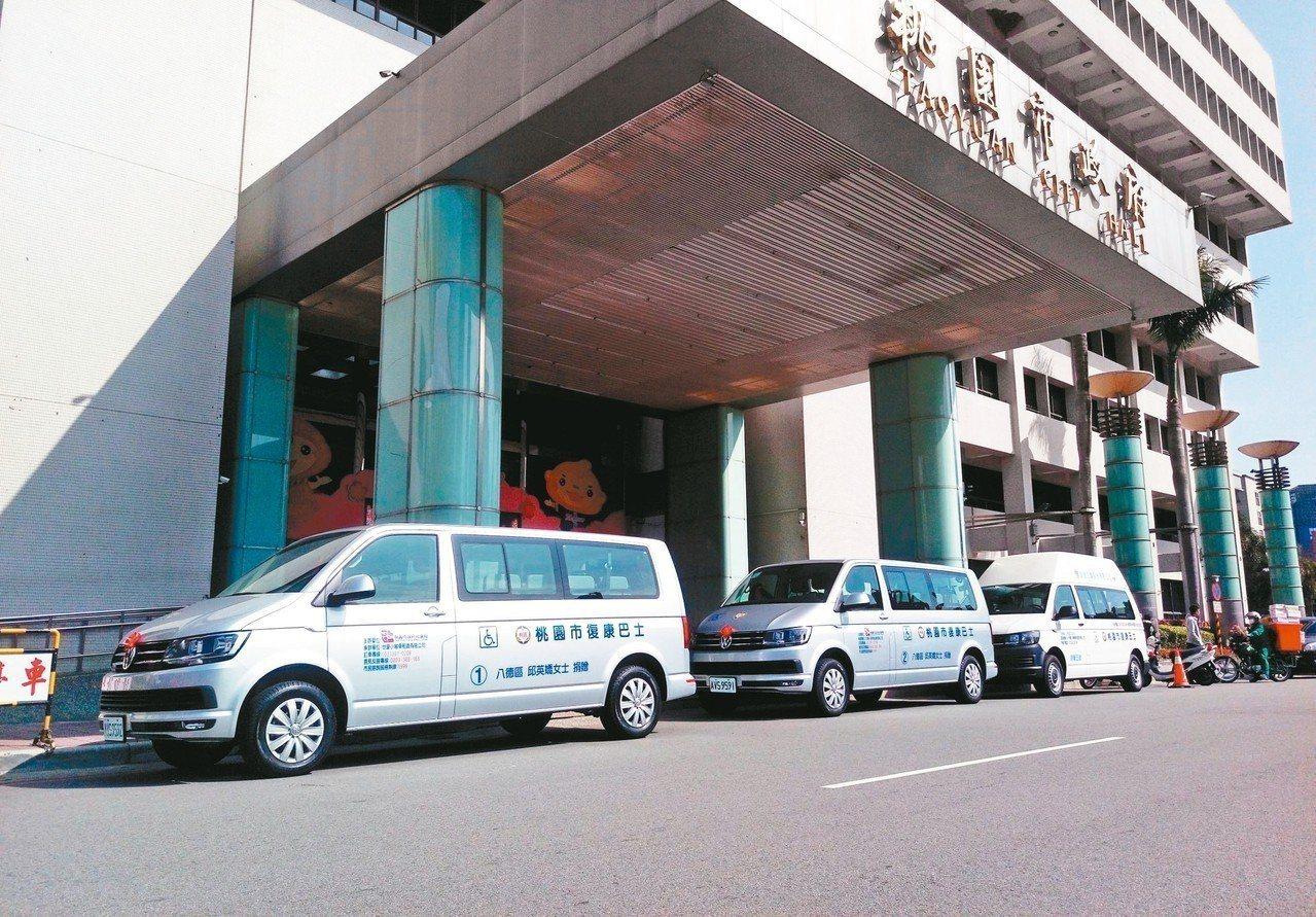 嘉義市民邱英嬌家屬、合智工業公司董事長黃成業,昨天共捐贈3輛市值百萬的復康巴士。...