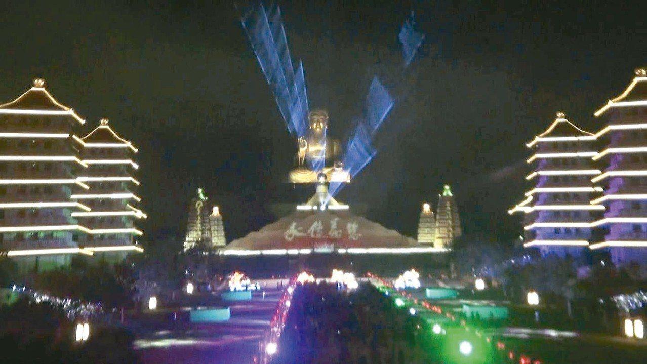佛陀紀念館自大年初一到十七,每晚七點都有「光照大千 」3D光雕秀。 記者王昭月/...