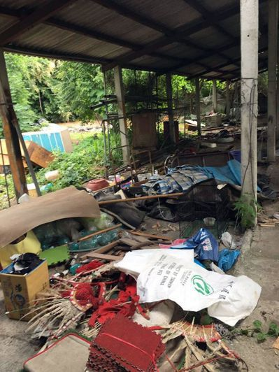 「南島舞集」以廢棄豬寮改建的住所年久失修,莫拉克災後更形殘破。 圖/衡山行善團提...