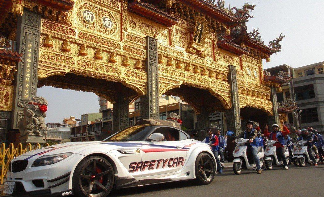 大鵬灣國際開發公司昨天出動兩部奧迪跑車及10輛乙順電動機車在東港鎮內遊街宣傳,歡...