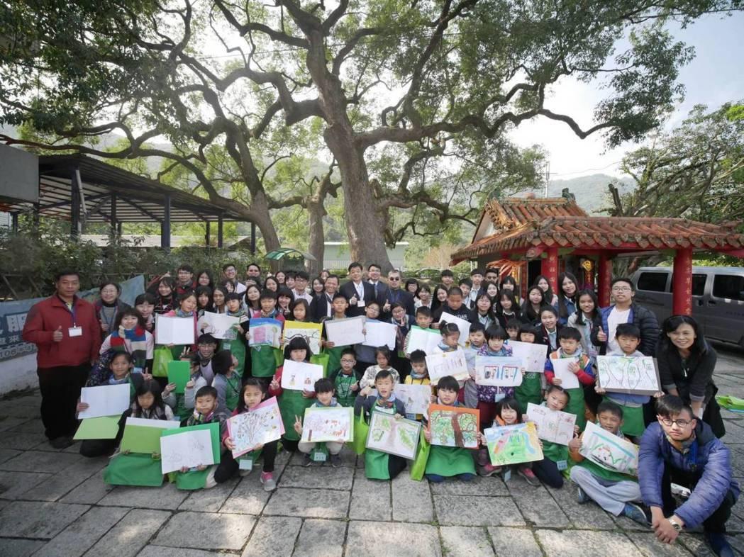 台大實驗林管處「永興彩虹森林學校」邀請偏鄉學童繪畫、體驗爬樹,認識台灣的林業文化...
