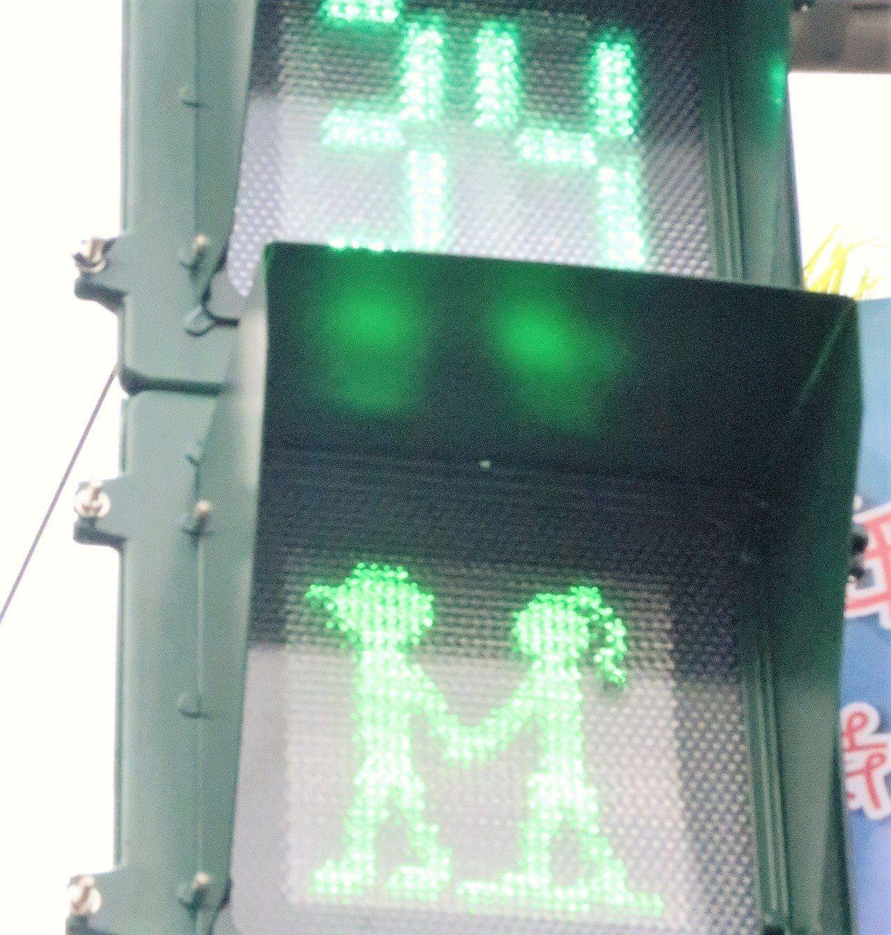屏東小綠人脫單了,昨起正式推出手牽手過馬路的小路人標誌。 記者翁禎霞/攝影