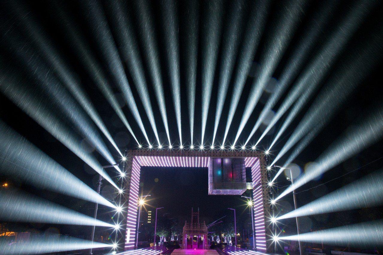 台灣燈會科技嘉藝燈區入夜綻放絢麗五彩光芒。 圖/嘉縣府提供