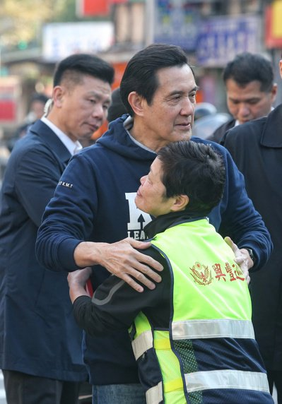 前總統馬英九(中)上午到興隆市場採買年菜,有民眾衝上前要求抱抱。記者鄭清元/攝影