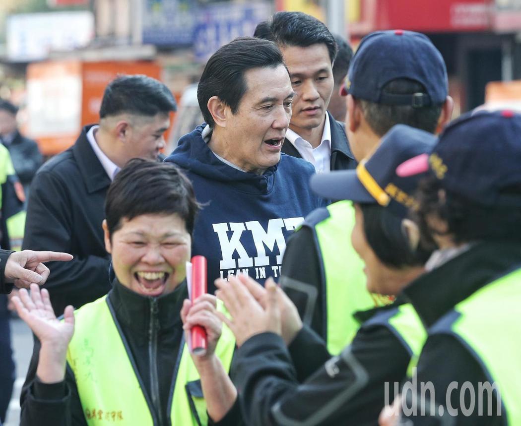 前總統馬英九今天到興隆市場買年菜、發春聯。記者鄭清元/攝影