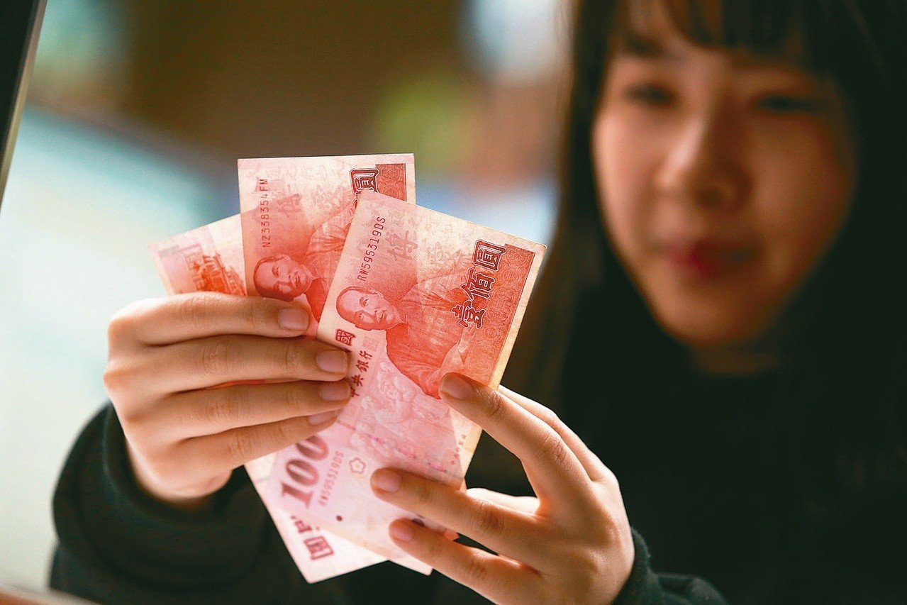 央行統計,小年夜新台幣通貨發行餘額,也就是流通在民間的現金高達二.四七兆元,飆上...