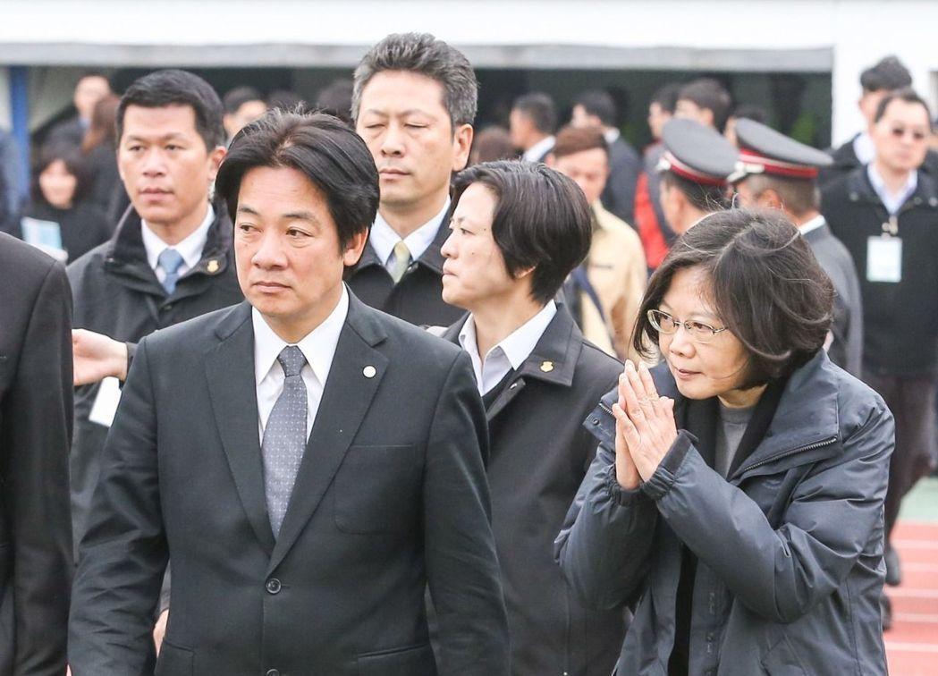總統蔡英文(右)與台南市長賴清德(左),於2016年出席台南震災罹難者聯合奠祭暨...