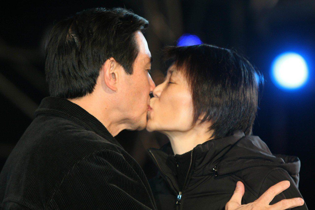 2008年,國民黨在台中市舉辦「濃情密意、不能沒有你」情人節音樂會,馬英九偕同夫...