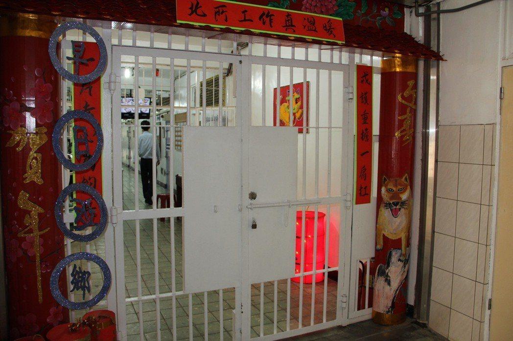 北看守所收容人佈置房舍過節,門口賀詞「早日返鄉」與眾不同。 記者陳俊智/攝影
