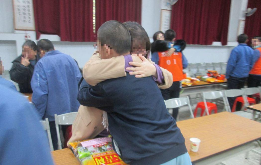因案入獄的少年,抱著家人落淚道歉,表示會改過向善。 圖/少觀所提供