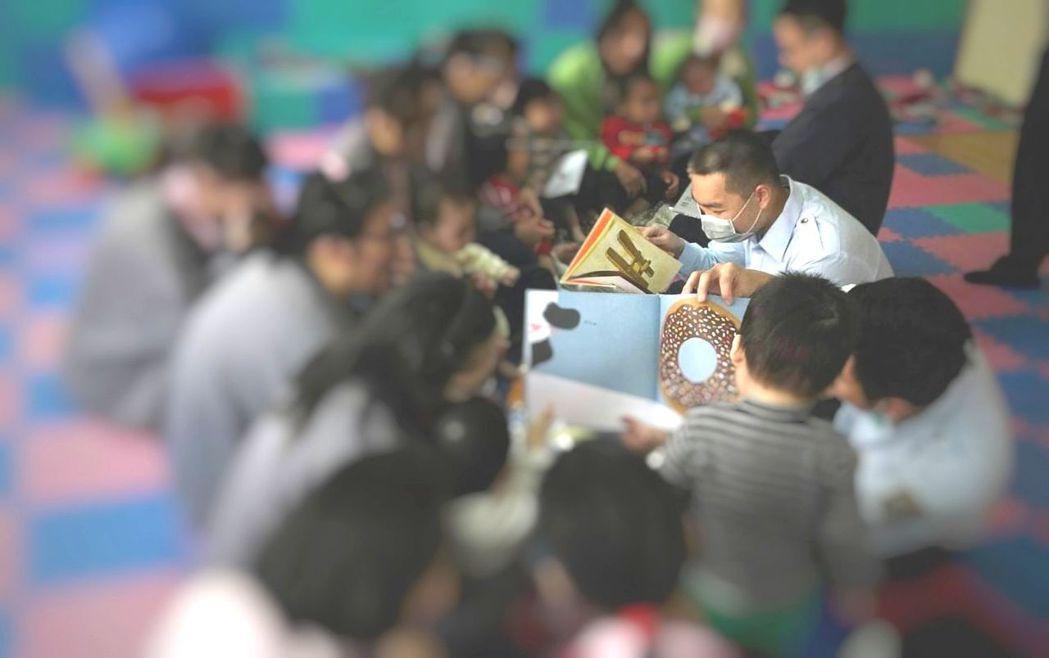 高雄女監的收容人在過年前夕帶領幼童們導讀繪本。 圖/高雄女監提供