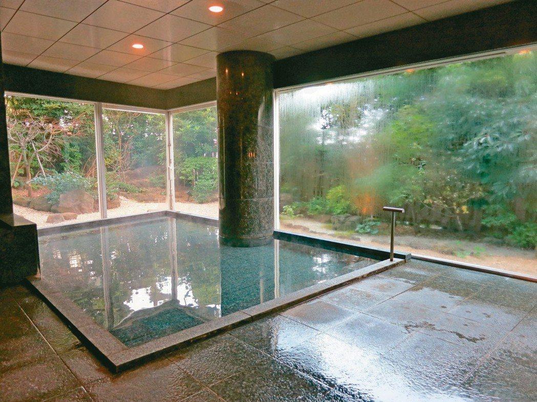 「海峯樓」的大浴場為輪流包場制,客人可享有最大隱私。 圖/梁旅珠