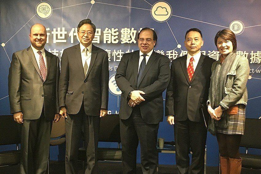 美國在台協會經濟組數位經濟官Ryan Engen(左起)、台灣大哥大基金會董事長...