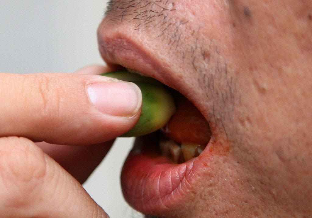 「嚼含菸草的檳榔」或「同時吸菸與嚼檳榔」對人類有致癌性。 本報系資料照/記者廖國...